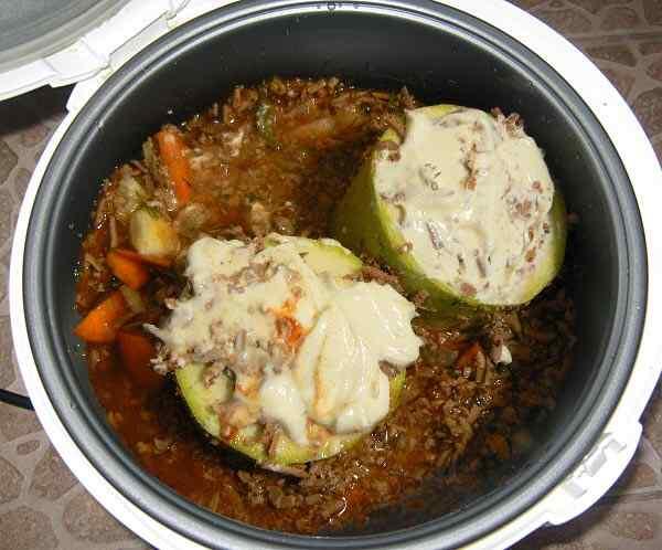 Заливаем кабачки томатно-сметанной заливкой