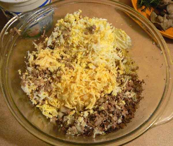 Натираем яйцо и добавляем в миску с другими ингредиентами