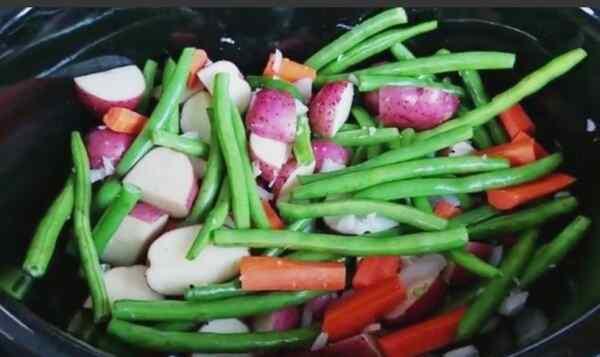 Помещаем овощи в мультикастрюлю