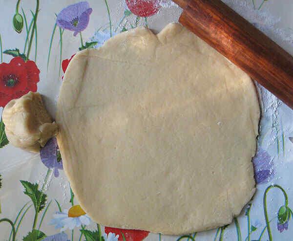 Раскатываем песочное тесто для пирога