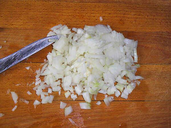 Мелко режем лук для котлет в мультиварке