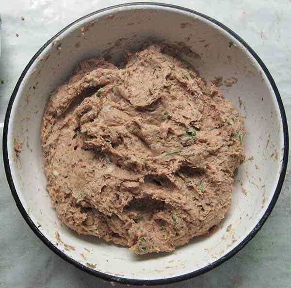 Перемешиваем фарш из печени и филе