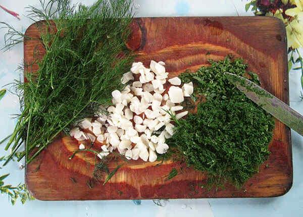 Нарезаем зелень и чеснок для рулета из свинины