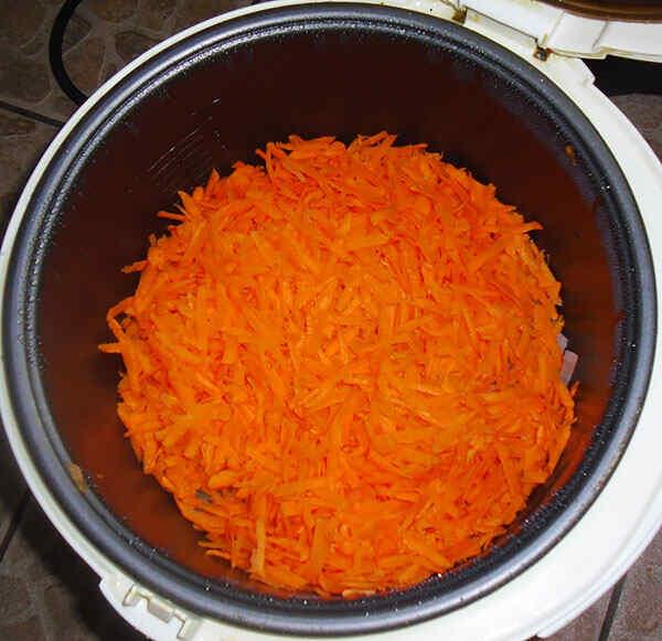 Добавляем морковь и тушим