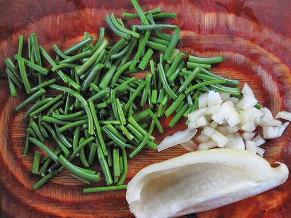 Режем сладкий перец и стручковую фасоль