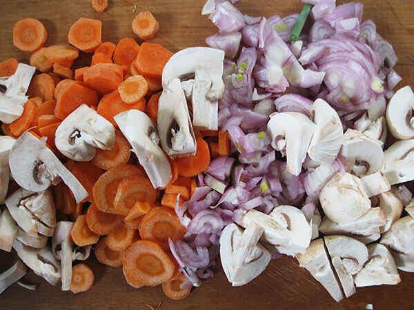 Режем грибы, лук и морковь для блюда из баранины