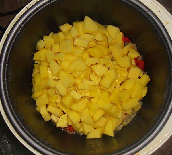 Нарезаем картофель кусочками