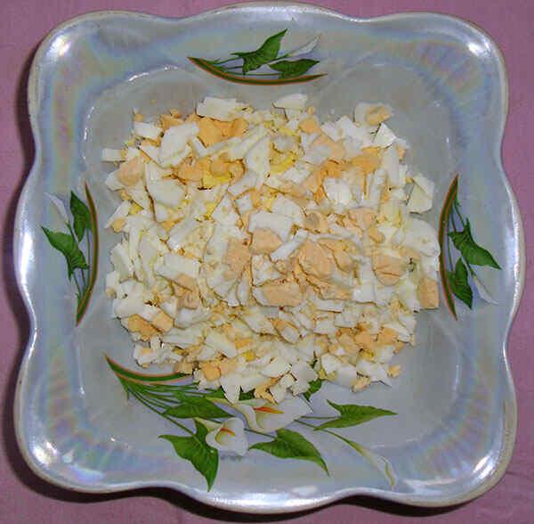 Простой салат из крабовых палочек и яиц