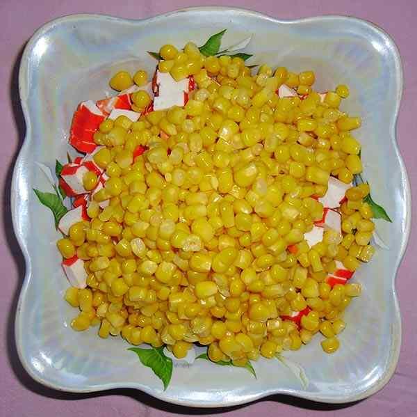 Салат из крабовых палочек кукурузы и яиц