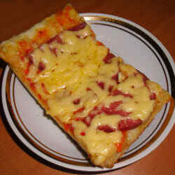 Пицца с колбасой помидорами и сыром рецепт