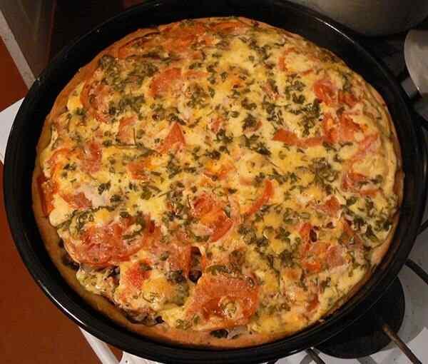 Запекается домашняя пицца чуть дольше, чем обычная