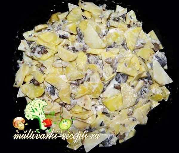 Добавляем к картошке с грибами сметану и готовим в программе тушение