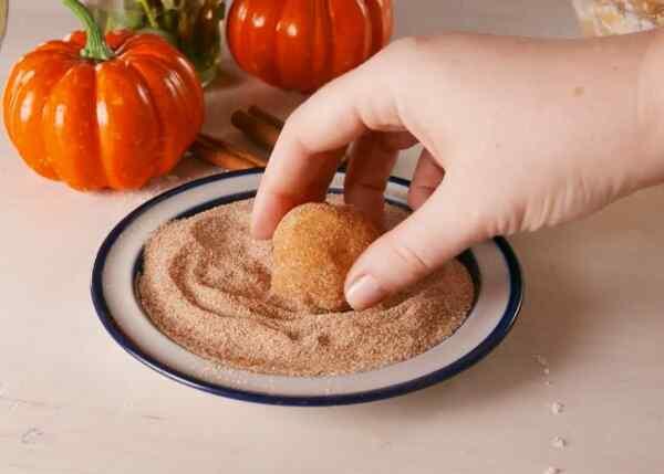 Коричный сахар служит для панировки тыквенных шариков
