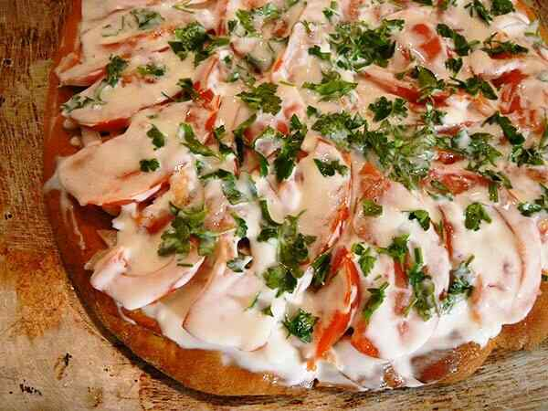 Пицца на готовых коржах в микроволновке