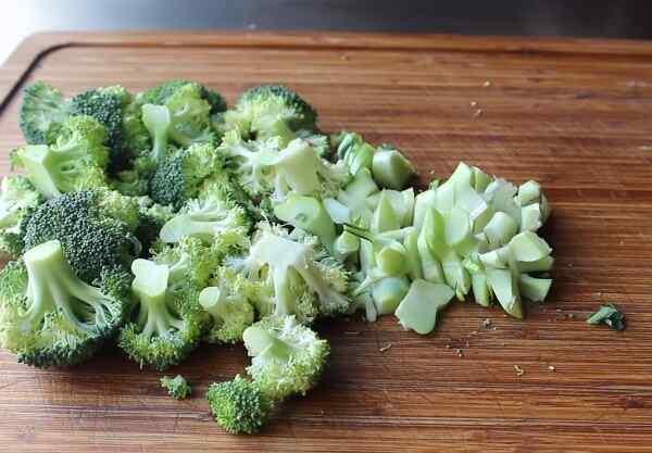 Нарезаем брокколи для супа