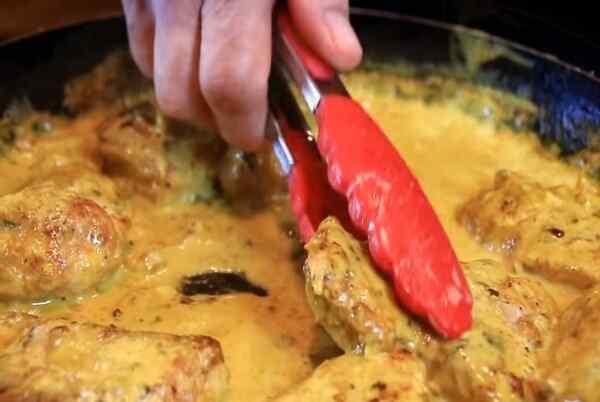 Кладем обжаренную свинину в сливочный соус