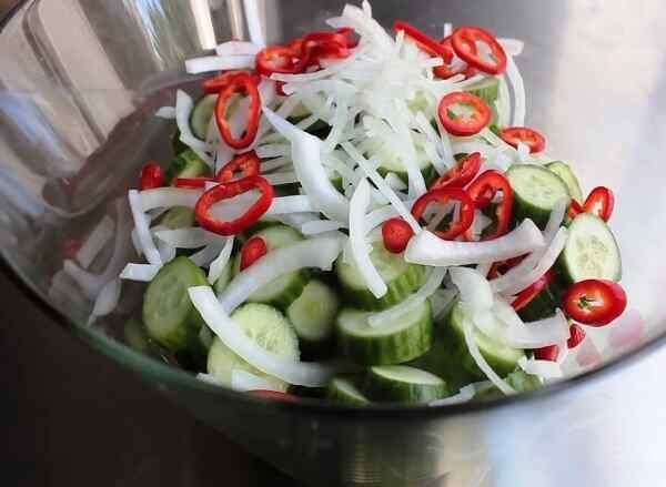 Смешиваем все нарезанные овощи