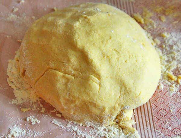 Замешиваем тесто, добавляя муку порциями