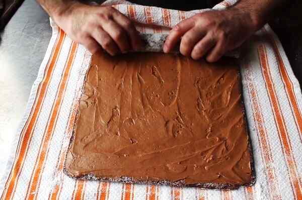 Свернуть бисквит с кремом нужно плотно