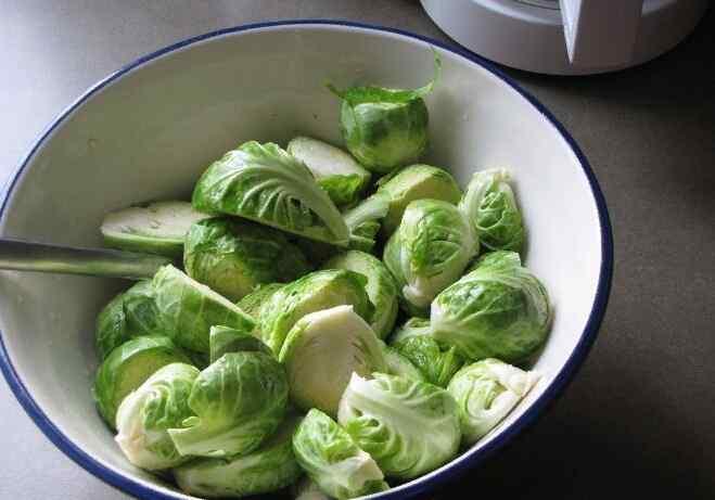 Салат из замороженной брюссельской капусты