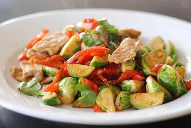 Салат из брюссельской капусты и курицы