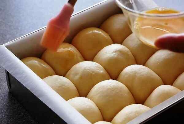Смазываем яйцом