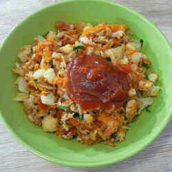 Горячий салат с курицей и овощами