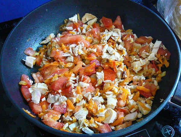 Салат горячий с курицей и перцем
