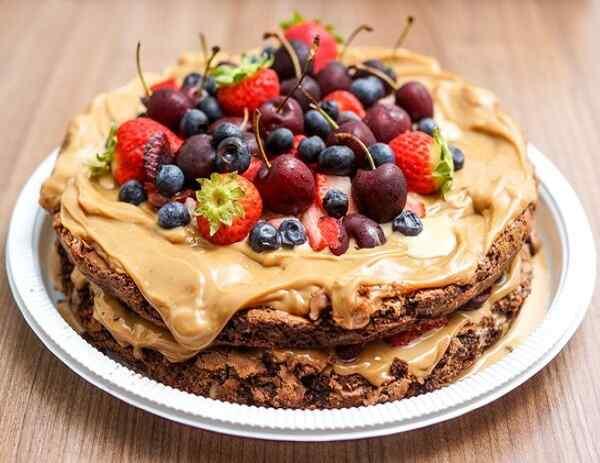 Рецепт шоколадного бисквитного торта с ягодами