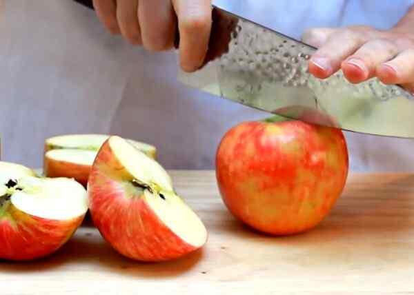 Яблоки чистим от кожуры