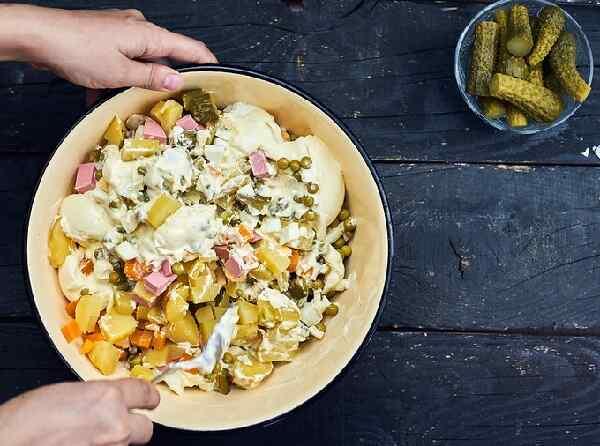 Рецепт зимнего салата оливье с колбасой